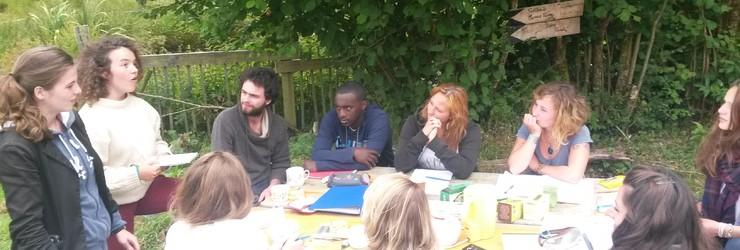 Groupe autour d'une table
