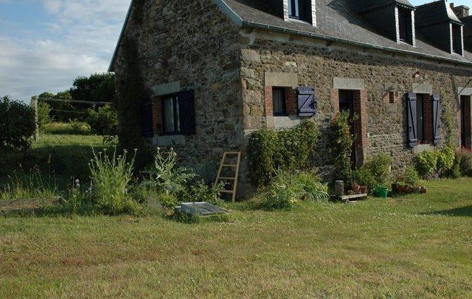 Longère pierre avec fenêtre à l'étage en chiens assis