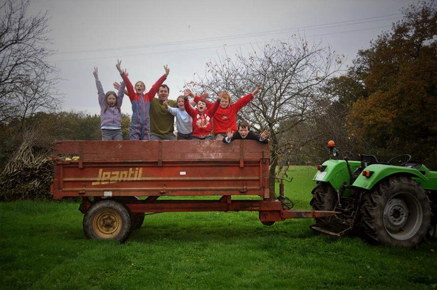 Groupe d'enfants sur une remorque de tracteur